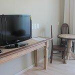 Televisão e mesinha de canto na suíte luxo