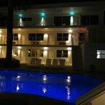 Una de las piscinas y un ala del Hotel