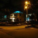 Exterior nocturno y estacionamientos gratuitos