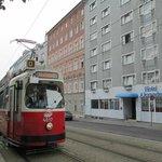 """Вид на отель со стороны трамвайной линии """"D""""."""
