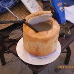 Jus de noix de coco servi sur la plage