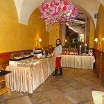 buffet desayuno en restaurante junto al hotel