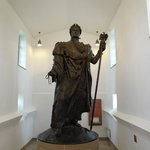 La statue de l'empereur dans le musée.