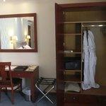 REGULAR SUITES Closet (+wardrobe) and desk