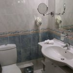 REGULAR SUITES Wash basin, toilet