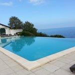 La piscine et vue sur l'océan