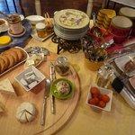 朝食。チーズやハムなど。