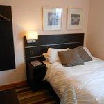 chambre, avec accès que d'un coté du lit.