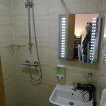 salle d'eau, douche à l'italienne et toilette, mais toujours pas de rangement