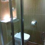 Lite bad, men utrolig smart! Fantastisk dusj med god trykk. Veldig rent å fint!:)