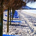 Po obydwóch stronach wyjścia z hotelu na plaże dwa rzędy leżaków i parasoli ( 3 eur za leżak)
