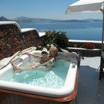 Ванна с джакузи на террасе с видом на кольдеру