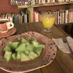 Desayuno Fruticerdo: fruta de temporada, jugo de naranja y una taza de té o café.