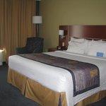 Beau grand lit très confortable