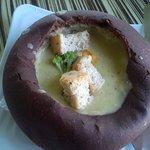 sopa de brócoli en pan de centeno
