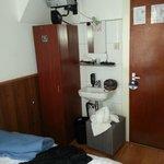 mobilier Emmaüs -bonde lavabo réparée au scotch