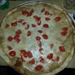 """pizza """"almacrì"""" con mozzarella,crema di tonno e pomodorini"""