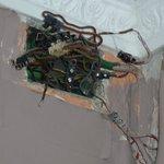 Zimmer mit unisolierten Stromkabeln. Lebensgefahr!