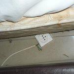 Steckdose mit unisolierten Stromkabeln. Lebensgefahr!