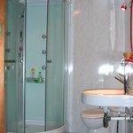 1salle de bain avec douche et  WC pour les 2chambres