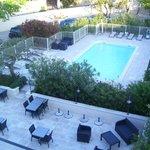 Vue de la chambre sur la piscine et le jardin