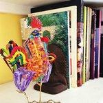 Si quieres viajar por San Miguel con la imaginación, en cada habitación hay una dotación de lect