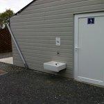 Des sanitaires pour handicapé pas vraiment accessible... avec robinet pour laver les chiens a l'