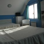 une chambre avec deux grands lits