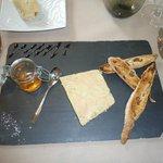 ENTREE Foie gras de canard truffé au torchon fines aux raisins toastés