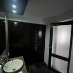 """La salle d'eau / toilette (chambre type """"Deluxe"""")"""