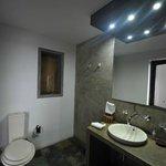 """La salle d'eau / toilette (avec le fameux petit store) (chambre type """"Deluxe"""")"""