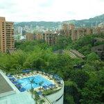 Vista desde la habitación: piscina y ciudad