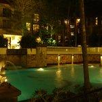 レストランから夜のプールの眺め