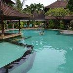 Pool - links der Kinderbereich, Swim-Up-Bar nicht bedient
