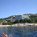Blick vom Meer auf das Hotelgelände