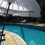 parasols en zwembad