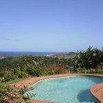 Terrasse et piscine en balcon sur l'océan indien