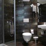 Petit détail: une douchette, et la cuvette des wc fait office de bidet