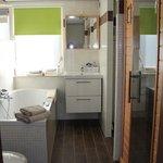 Badkamer van luxe welnesskamer 11 of 17 (met sunshower,whirlpool en infraroodsauna met kleurenth