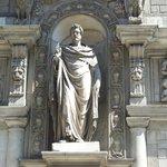 statua sulla facciata