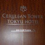 targa in legno nel'ingresso hotel