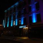 Facade de l'hotel, de nuit