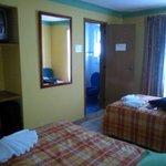 habitación con 2 camas twin y tv