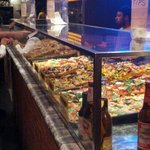 vetrina di pizze