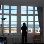 große Fensterfront mit Meerblick