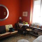 parete di fronte al letto con tavolino in angolo