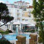 Blick vom Hotelpark auf Außenbecken und Restauration