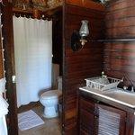 Pequena cozinha e banheiro