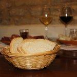 Pane toscano con vernaccia e chianti