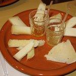 Tagliere di formaggi con miele e marmellata di mele